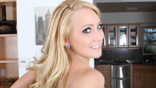 エージェイ  性欲旺盛な金髪美女は宅配の黒チンポにも発情する 真昼の誘惑 AJ APPLEGATE
